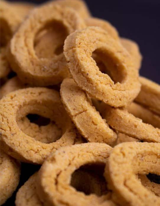 Close up acercamiento de biscolite rosquillas de maíz y queso Nutrisnacks