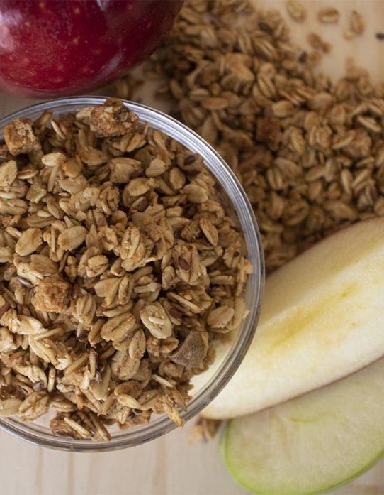 Granola manzana y canela Nutrisnacks en bowl de vidrio con trozos de manzana
