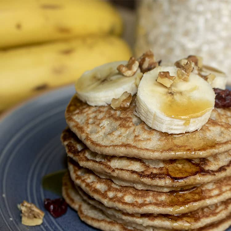 Torre de pancakes de avena con topping de banano y nueces